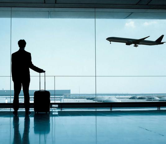viajero de negocios en aeropuerto