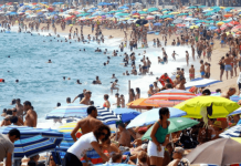 playa con mucha gente
