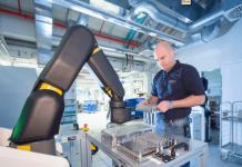 máquina industrial y un hombre