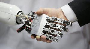 mano robot y mano humana