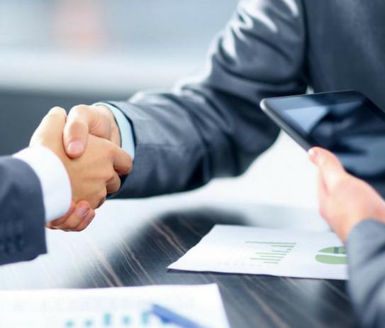cliente y empresario estrechando las manos