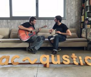 los fundadores de acqustic tocando la guitarra