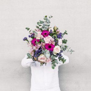 flores colvin en jarrón blanco